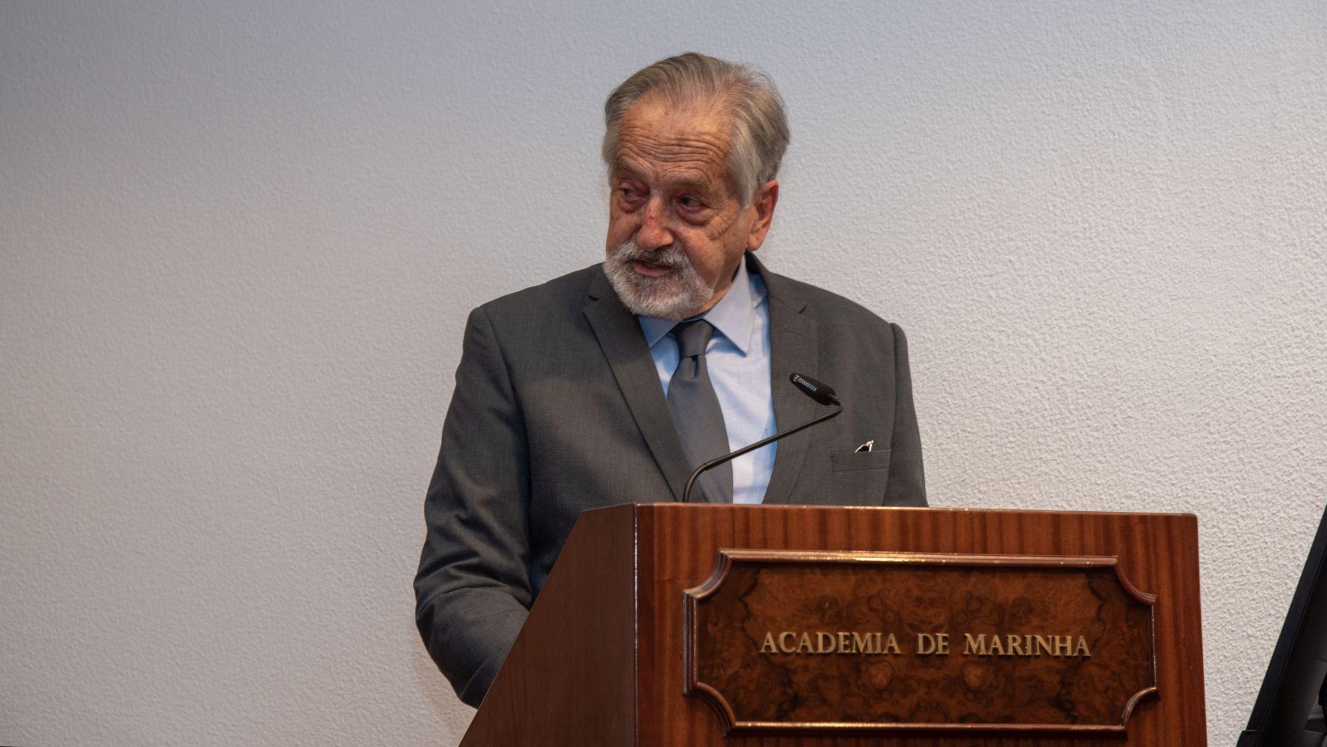 O confrade Fernando Lemos Gomes agradecendo a distinção â Academia de Marinha